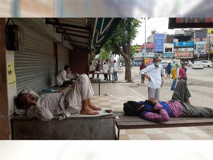 यमुनानगर में बंद बाजार में दुकानों के बाहर आराम फरमाते हुए लोग। यहां सरकारी गाइडलाइन के मुताबिक शोरूम बंद न करने पर शुक्रवार को एक शोरूम को सील कर दिया गया।