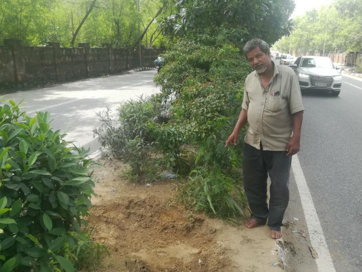 सड़क का वो हिस्सा जहां गड्ढा खुदा है। राजेंद्र यहां अक्सर आते रहते हैं। उन्होंने बताया कि कल शाम तक यहां कोई गड्ढा नहीं था।