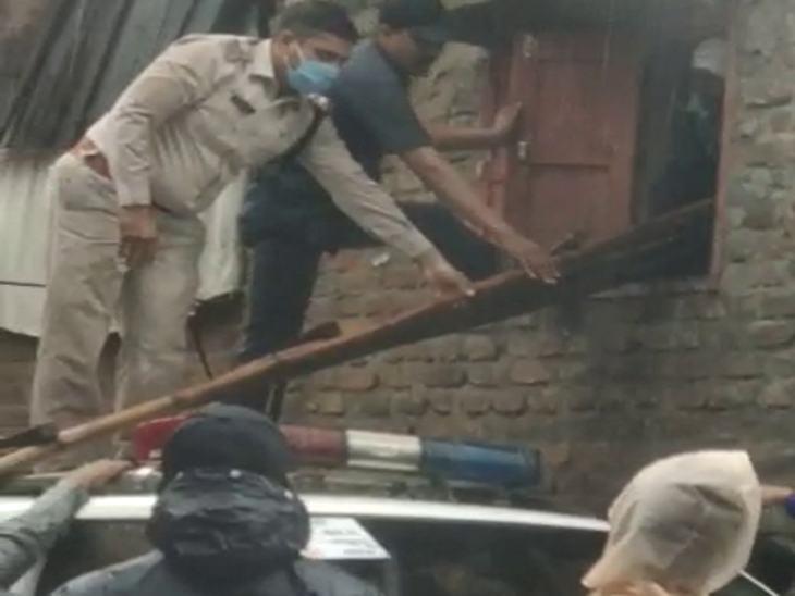 पुलिस ने भीगते हुए लोगों को इस प्रकार से खिड़की से बाहर निकला।