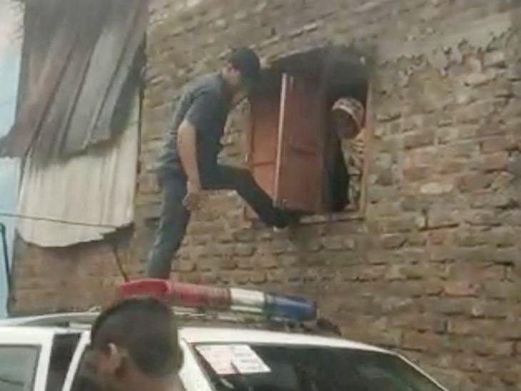नीचे पानी भर गया तो महिला ऊपर आ गई, जिसे खिड़की से बाहर निकाला गया।