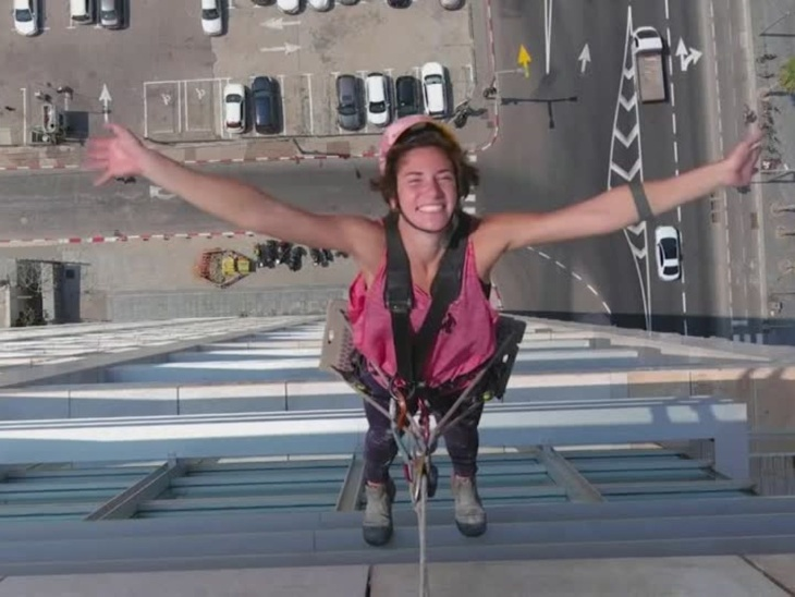 Noah Toledo cleans the glass of the windows of the skyscrapers, she says I see women will be sure that they can do everything | गगनचुंबी इमारतों की खिड़कियों के शीशे साफ करती हैं नोआ टोलेडो, वे कहती हैं मुझे देख महिलाओं को इस बात का यकीन होगा कि वे हर काम कर सकती हैं