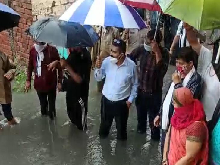 गौरी नगर में रेस्क्यू के दौरान सांसद डीआईजी मौके पर मौजूद थे।