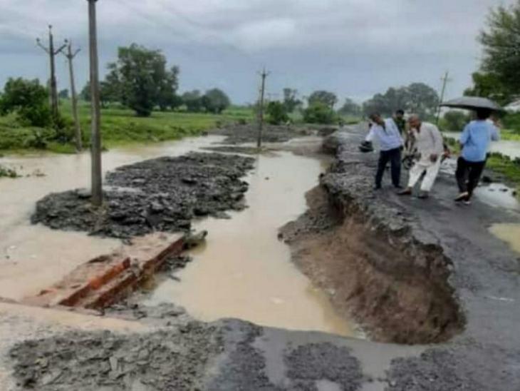 कालापीपल कुरावर रोड पर खरदोन कला ग्राम के पास स्थित स्नेल की पुलिया बह गई।