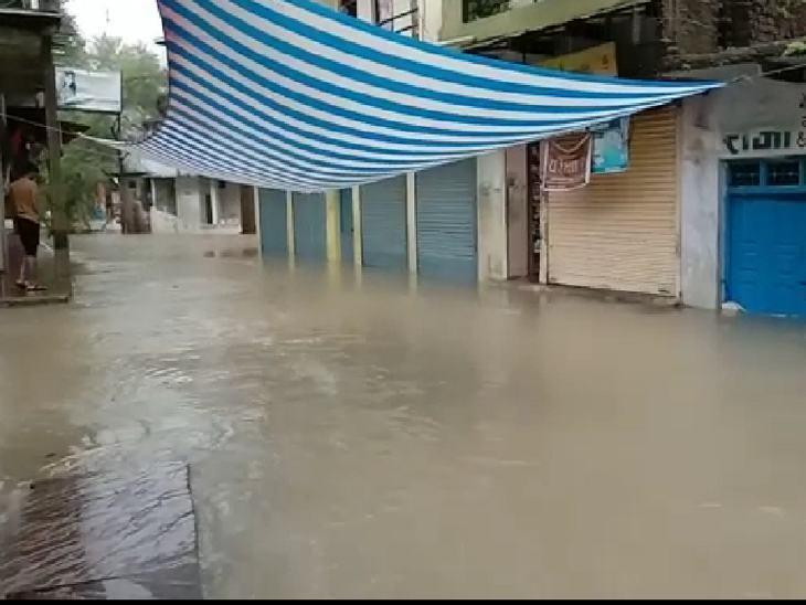 कालापीपल में निचली बस्तियों में इस प्रकार से पानी भर गया।