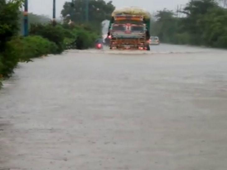 एमआर-10 रोड पर इस तरह से पानी भरा रहा। ट्रक को भी पानी में डूबकर निकलना पड़ा।
