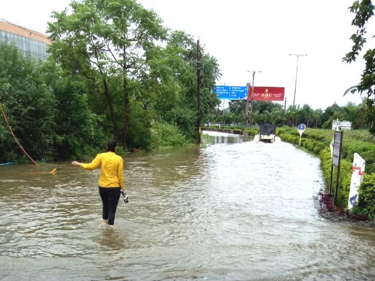 भारी बारिश से भोपाल तरबतर है। राजधानी के निचले इलाकों में पानी भरा हुआ है। जनजीवन पटरी से उतर चुका है। शुक्रवार शाम 5.30 बजे से शनिवार सुबह 8.30 बजे तक भोपाल में 8.50 इंच बारिश हो चुकी है। - Dainik Bhaskar