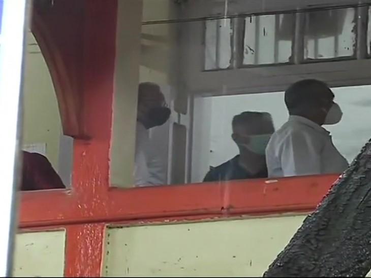 फोटो बांद्रा पुलिस स्टेशन पहुंचे सीबीआई अफसरों की है। सुशांत मामले में सीबीआई की टीम मुंबई पुलिस की जांच में सामने आए सबूतों को जुटा रही है।