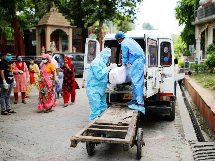 फोटो नई दिल्ली की है। पीपीई किट पहने हेल्थ वर्कर शनिवार को कोरोना से जान गंवाने वाले युवक का दाह संस्कार करने श्मशान घाट पहुंचे। दिल्ली में संक्रमितों की संख्या 1 लाख 60 हजार से ज्यादा है।