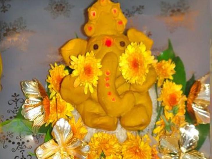 हल्दी की ऐसी गांठ, जिसमें श्रीगणेश की आकृति दिखाई दे रही है, उसे घर के मंदिर में स्थापित कर सकते हैं। हल्दी की गांठ में गणेशजी का ध्यान करते हुए रोज पूजा करनी चाहिए। पीसी हुई हल्दी में पानी मिलाकर भी गणेश प्रतिमा बना सकते हैं। अगर सोने की गणेश प्रतिमा नहीं है तो हल्दी से बनी गणेश प्रतिमा का पूजन किया जा सकता है। इन दोनों प्रतिमाओं की पूजा का फल एक समान माना गया है।