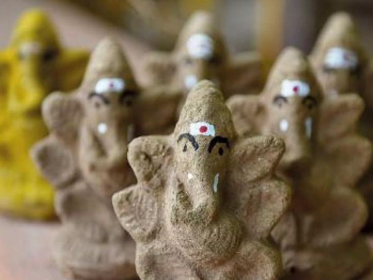 गौमाता यानी गाय के गोबर में महालक्ष्मी का वास माना गया है। गोबर यानी गोमय से बनी गणेश मूर्ति की भी पूजा की जा सकती है। गोबर से गणेशजी की आकृति बनाएं और मंदिर स्थापित करें। इसका भी रोज पूजन करना चाहिए।