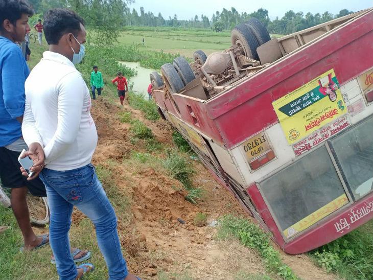 जौनपुर से दिल्ली जा रही बस सड़क से खेत में पलटी, ड्राइवर और एक महिला को मामूली चोट उत्तरप्रदेश,Uttar Pradesh - Dainik Bhaskar