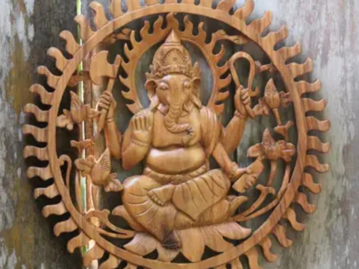 पीपल, आम, नीम की लकड़ी मूर्ति के लिए शुभ मानी गई है। इन पेड़ों की लकड़ी से गणेश प्रतिमा बनवा सकते हैं। ये मूर्ति घर के मुख्य दरवाजे के बाहर ऊपरी हिस्से पर लगानी चाहिए। इससे घर में सकारात्मकता बनी रहती है।