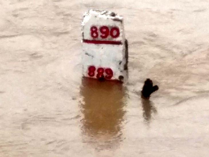 नेमावर में शनिवार रात नर्मदा खतरे के निशान से 4 फीट ऊपर बह रही थी।