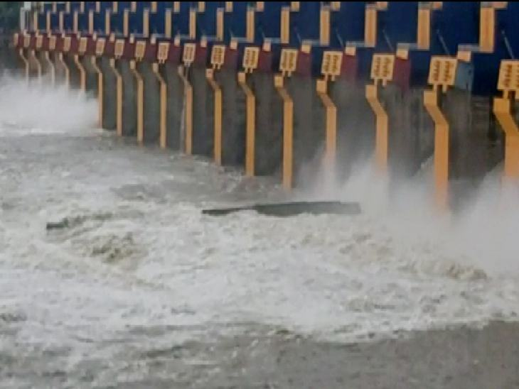 ओंकारेश्वर बांध से लगातार पानी छोड़ा जा रहा है।