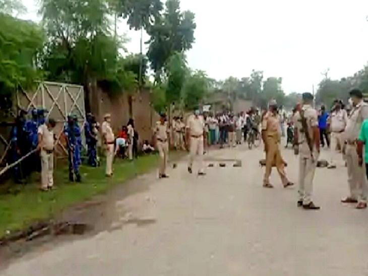 घटनास्थल पर जांच के लिए पहुंची पुलिस। - Dainik Bhaskar