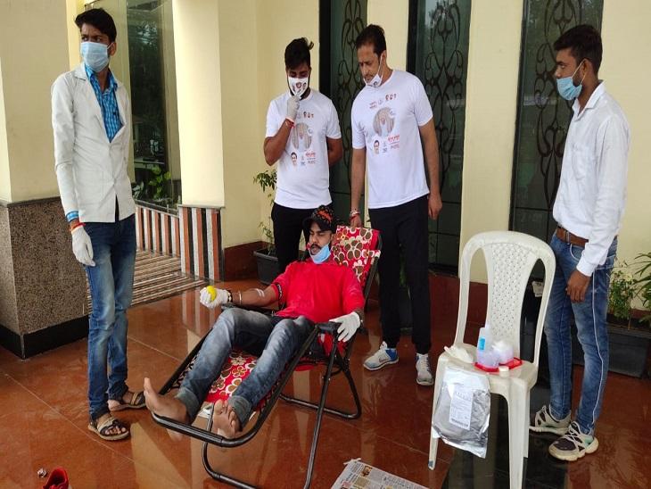 तस्वीर रायपुर के डीडी ऑडिटोरियम की है। विधायक विकास उपाध्याय के साथ एनएसयूआई के कार्यकर्ताओं ने रक्तदान किया।