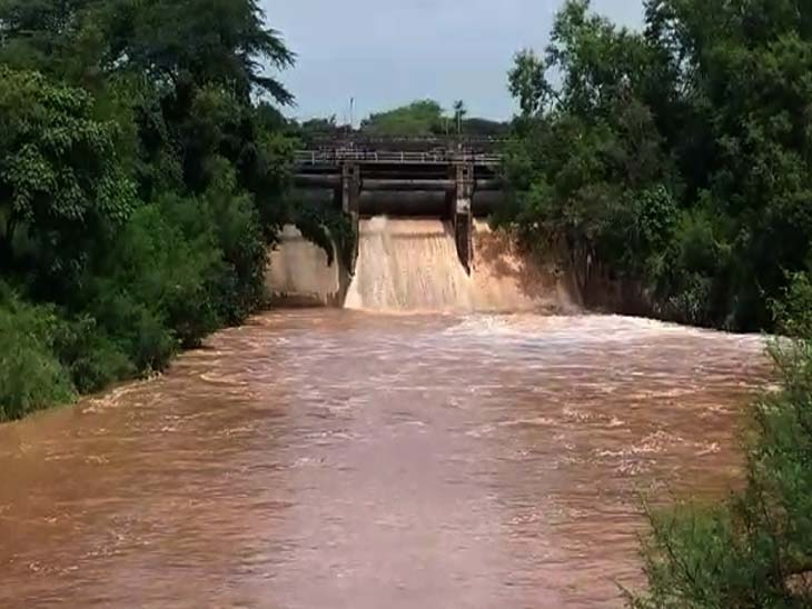 As soon as the flood gate of Sukhna lake opens, water hits in the surrounding areas, water is penetrated up to 5 feet in Balatana police post | सुखना लेक के फ्लड गेट खुलते ही शहर के आसपास के इलाकों में पानी की मार, बलटाना पुलिस चौकी में 5 फीट तक पानी घुसा