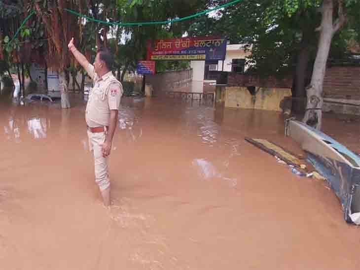 पुलिस काे अपनी चौकी बचाने के लिए लोगों की मदद लेनी पड़ी।
