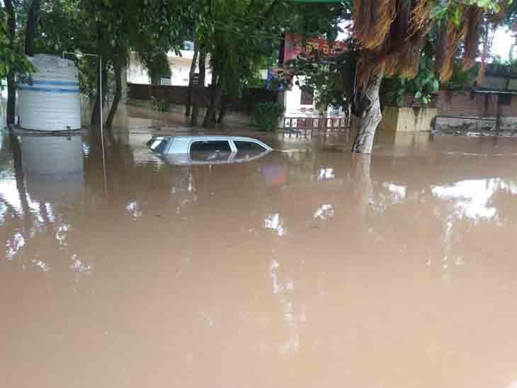 पानी का वेग इतना तेज था कि सड़क किनारे खड़े वाहनों को डूबो दिया