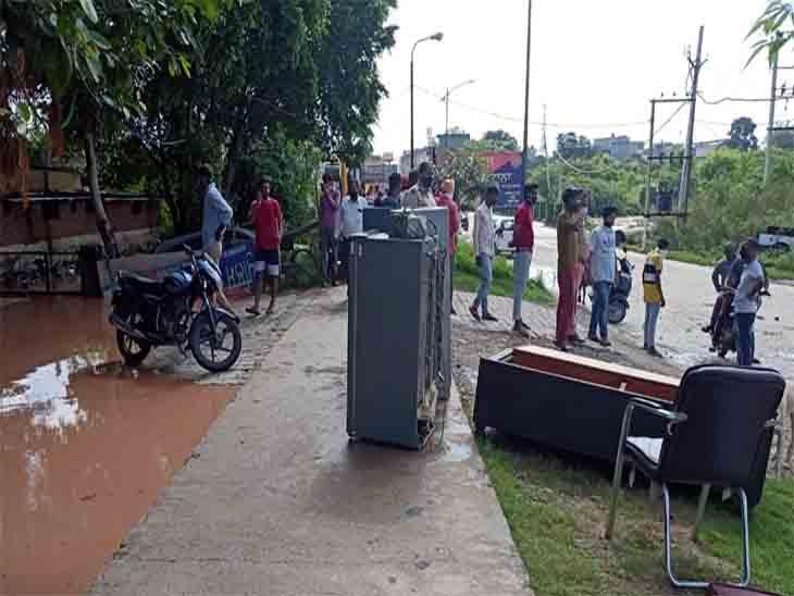 पुलिस चौकी में पानी भरने से कर्मचारियों ने सामान बाहर निकाल कर रखा।