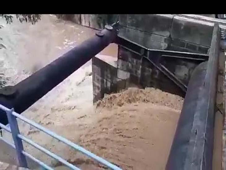 आज सुखना लेक में जलस्तर खतरे के निशान के पास पहुंचने पर फ्लड गेट खोले गए थे। जिससे कई स्थानों पर नुकसान हुआ।