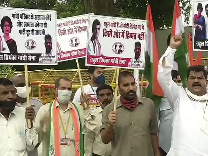 कांग्रेस मुख्यालय के बाहर सोमवार सुबह कार्यकर्ता इकट्ठे हुए और गांधी परिवार के समर्थन में नारेबाजी की।
