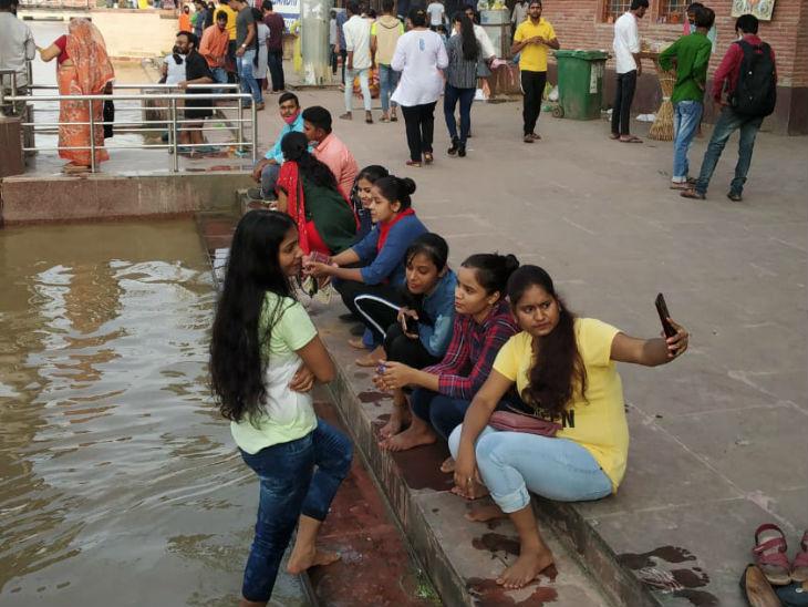 फोटो पटना में गंगा नदी के घाट की है। इनमें न तो सोशल डिस्टेंसिंग दिख रही और न मास्क नजर आ रहा है। ऐसे में आने वाले दिनों में संक्रमण बढ़ने की आशंका से इंकार नहीं किया जा सकता।