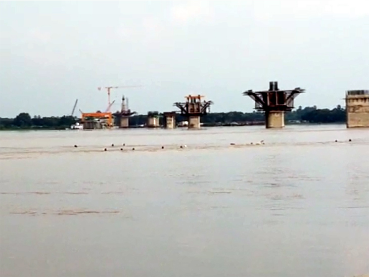 बीच गंगा में निर्माणाधीन पुल के पिलर से टकराकर डूबी नाव, पानी के साथ बहने लगे लोग, कई लापता बिहार,Bihar - Dainik Bhaskar