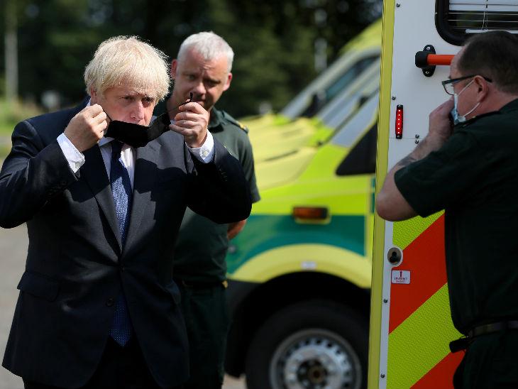 ब्रिटेन के प्रधानमंत्री बोरिस जॉनसन रविवार को नॉदर्न आयरलैंड एंबुलेंस सर्विस का जायजा लेने पहुंचे। इस दौरान वे मास्क लगाते नजर आए।