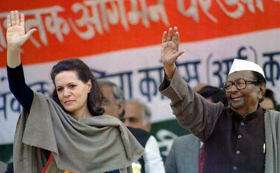 कांग्रेस की प्राथमिक सदस्यता लेने के बाद सोनिया ने 1998 के चुनावों में पार्टी के तत्कालीन अध्यक्ष सीताराम केसरी के साथ कैम्पेन में भाग लिया था। अगले साल यानी 1999 में उन्होंने पहली बार चुनाव लड़ा।