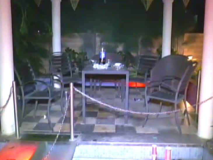 गार्डन में बैठकर पार्टी के लिए की गई व्यवस्था।