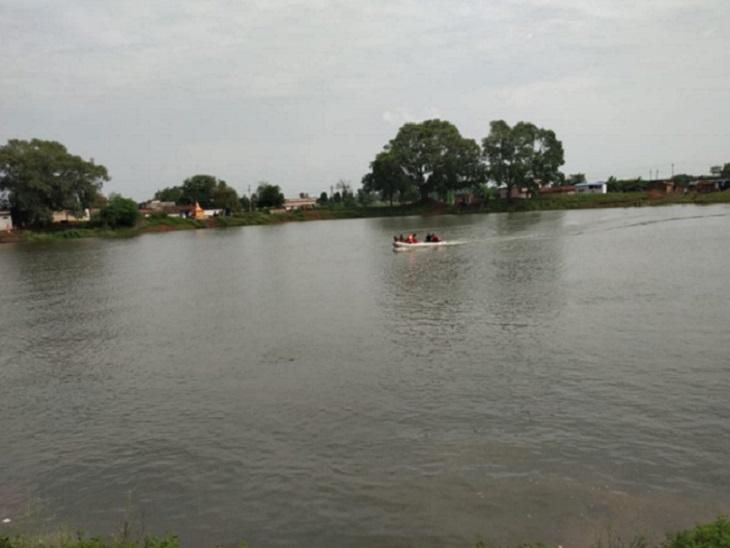 परिजन को तालाब के किनारे ही बच्चे का कपड़ा मिला है। चकरभाठा पुलिस को सूचना दी। पुलिस की टीम पहुंची। ग्रामीणों की मदद से पानी के अंदर खोजबीन की।