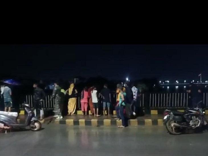 दीपक ने परिजन को कॉल किया कि वह आत्महत्या करने जा रहा है। परिजन जैसे ही पुल के पास पहुंचे तो युवक ने उन्हें देखते ही नदी में छलांग लगा दी।
