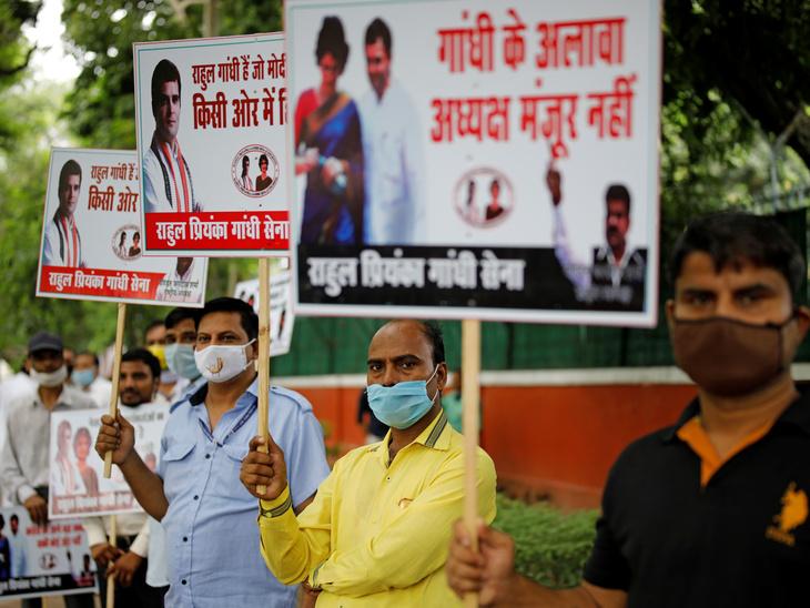सोमवार सुबह दिल्ली स्थित पार्टी के मुख्यालय के बाहर कांग्रेस कार्यकर्ताओं ने प्रदर्शन किया। कहा कि गांधी परिवार के बाहर का अध्यक्ष बना तो पार्टी टूट जाएगी।