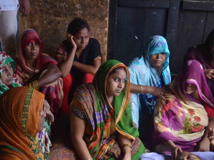 डोमराजा के निधन के बाद परिवार की शोकाकुल महिलाएं।
