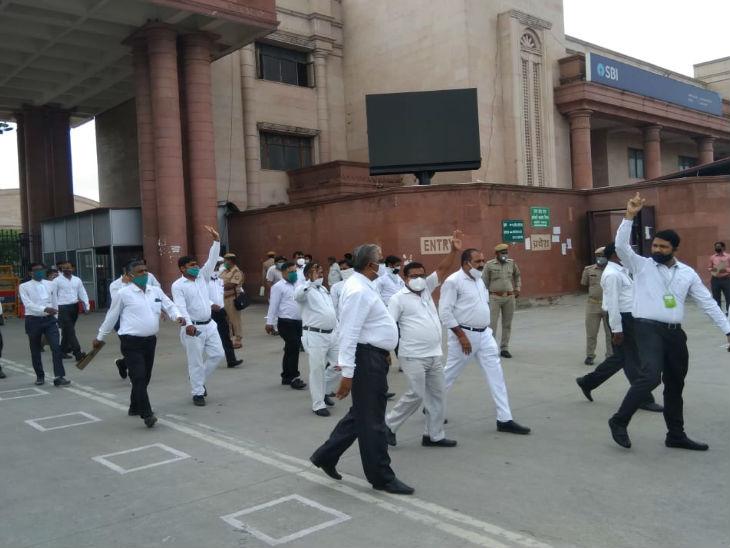 लखनऊ हाईकोर्ट बेंच के वकीलों की हड़ताल का पहला दिन, फिजिकल सुनवाई की मांग को लेकर गेट पर वकीलों ने की नारेबाजी उत्तरप्रदेश,Uttar Pradesh - Dainik Bhaskar