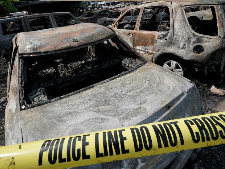 प्रदर्शनकारियों ने सोमवार को भी विरोध जारी रखा। कई गाड़ियों को आग के हवाले कर दिया।