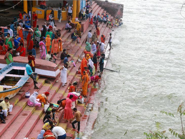 भोपाल की शीतलदास की बगिया में सोमवार को पूजा-अर्चना करने बड़ी संख्या में श्रद्धालु पहुंचे।