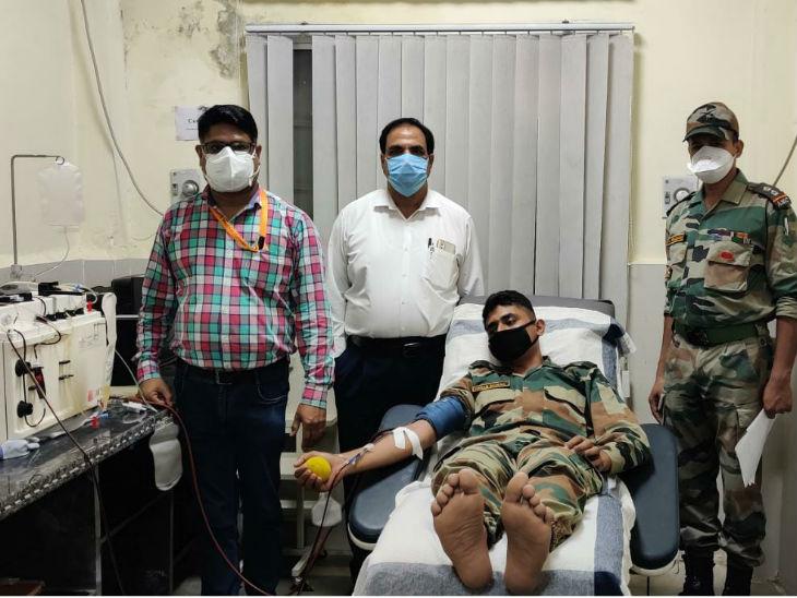 जबलपुर में कोरोना संक्रमण से मुक्त हुए सेना के जवान राइफलमैन विक्रम शर्मा ने रेडक्रॉस सोसायटी के कार्यकर्ताओं के साथ मेडिकल कॉलेज के ब्लड बैंक पहुंचकर प्लाज्मा डोनेट किया।