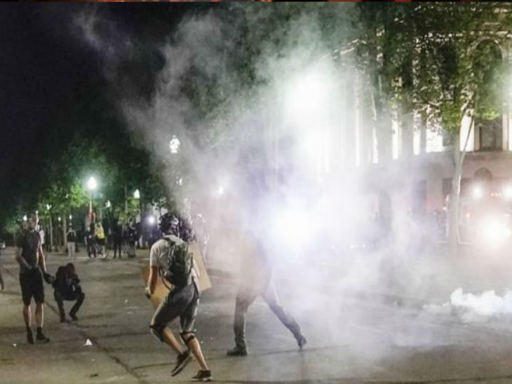 प्रदर्शन करने वालों को पब्लिक सेफ्टी बिल्डिंग में घुसने से रोकने के लिए पुलिस को टियर गैस के गोले दागने पड़े।