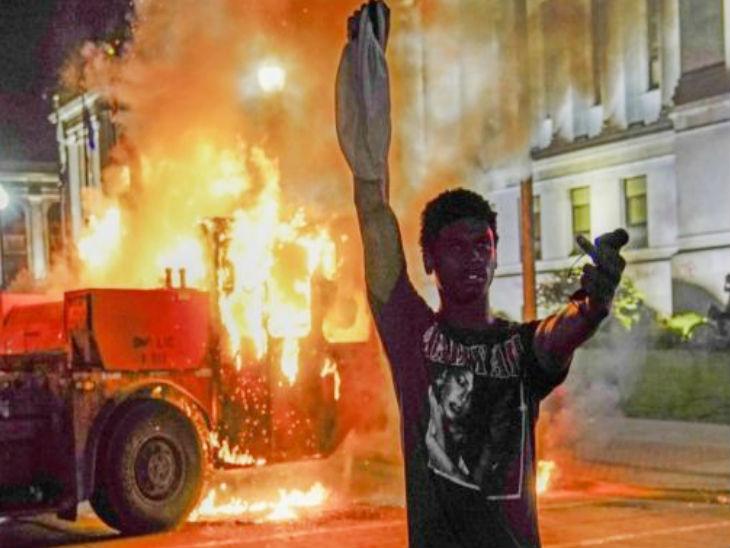 जैकब के समर्थन में सड़कों पर उतरे लोगों ने सोमवार को कई पब्लिक प्रॉपर्टीज को नुकसान पहुंचाया।