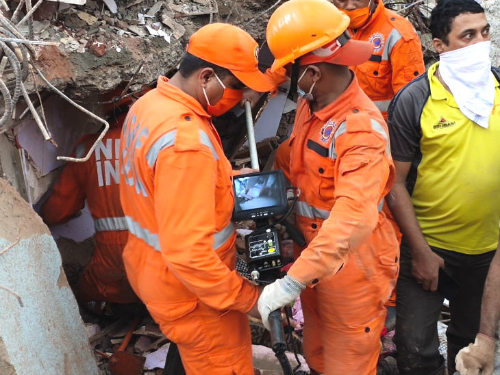 रायगढ़ में बिल्डिंग गिरने के बाद बचाव अभियान जारी है।