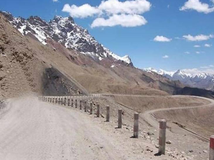सड़क हिमाचल प्रदेश के दार्चा को लद्दाख से जोड़ेगी। इसके जरिए ऊंचाई वाले इलाकों में बर्फीले दर्रों को पार करने में मदद मिलेगी। (सिम्बोलिक फोटो) - Dainik Bhaskar