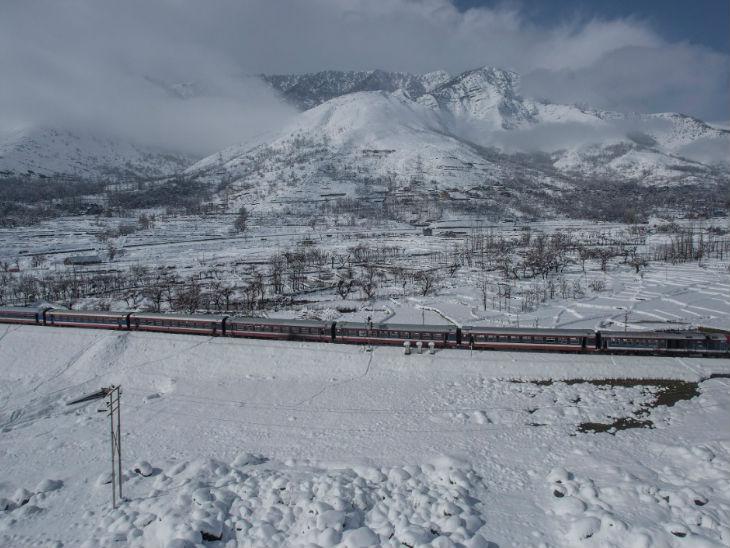 कश्मीर घाटी में रेलवे के 2800 कर्मचारी हैं। करीब 126 करोड़ रुपए विभाग को इन्हें वेतन के रूप में देना पड़ता है।