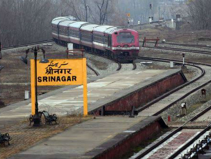 The Banihal-Baramulla rail line is a total of 135 km. There are 19 stations in Kashmir, 9 of which are between Banihal and Srinagar in South Kashmir.