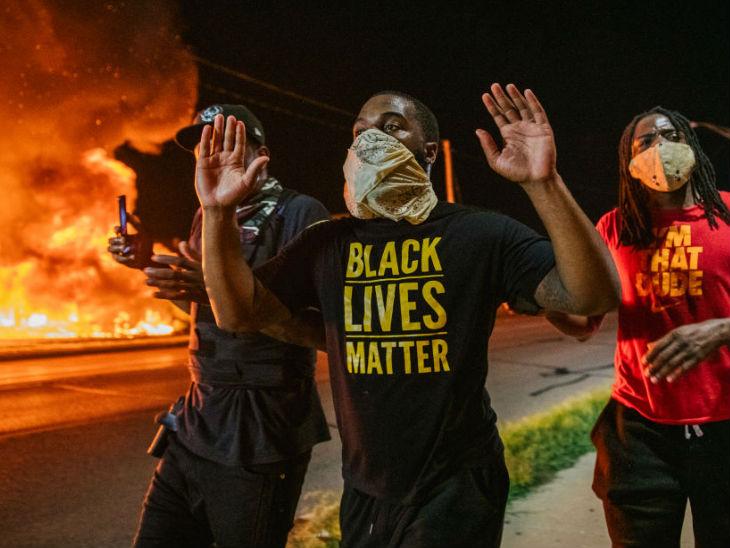 अमेरिका में पुलिस की गोलियों से घायल अश्वेत जैकब ब्लेक के समर्थन में बुधवार को चौथे दिन भी कई इलाकों में प्रदर्शन हुए। - Dainik Bhaskar