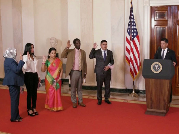 Sundari Narayanan (middle sari) swearing while taking US citizenship. Along with him, people from four more countries got US citizenship.