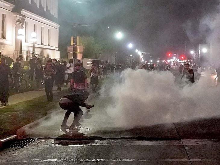 उपद्रवियों को हटाने के लिए पुलिस ने आंसू गैस के गोले भी छोड़े।