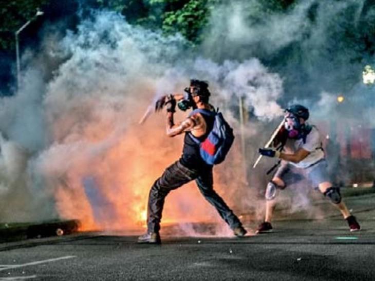 विस्कॉन्सिन की केनोशा काउंटी में पुलिस पर हमला करते उपद्रवी
