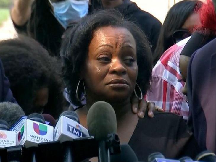 जैकब की मां जूलिया जैक्सन मंगलवार को मीडिया के सवालों का जवाब देते हुए रो पड़ीं। उन्होंने लोगों से हिंसा नहीं करने की अपील भी की।